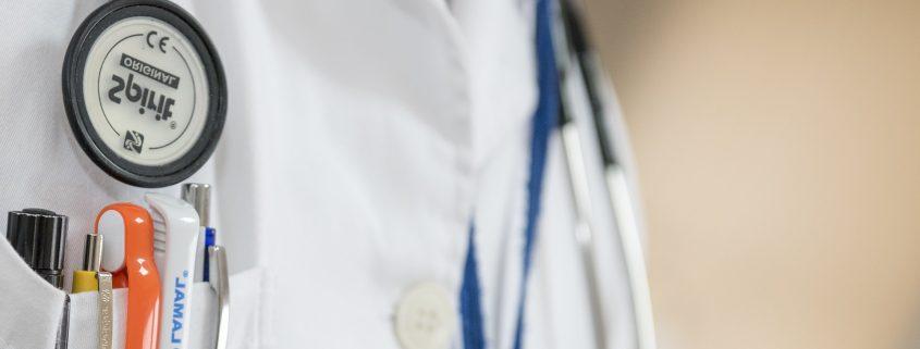 Hemd eines Arztes mit Stiften und Hilfsmitteln