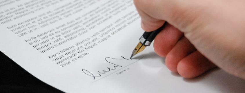 Unterzeichnung eines Dokuments